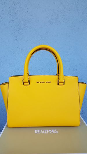 New Authentic Michael Kors Medium Handbag Comes With A Long Shoulder Strap for Sale in Montebello, CA