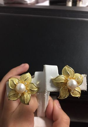 14k yellow gold Satin Flower Earrings w/creamy pearls and 10 small round diamonds for Sale in Fairfax, VA