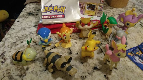 Pokemon figures , 1 gold card , 92 sm game cards , 15 big cards