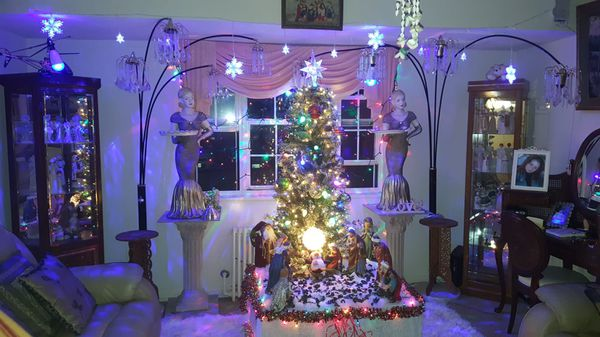 christmas tree.with its lights.birth all included.the dolls do not include .. only by birth. di 250. on offer you get everything for 250