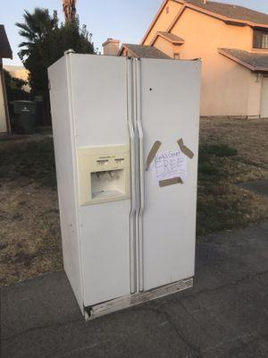 Free fridge it works good for Sale in Sacramento, CA