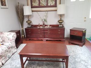 AMERICAN SIGNATURE SET ( TV STAND, TABLE AND 2 ENDS TABLE) for Sale in Gaithersburg, MD