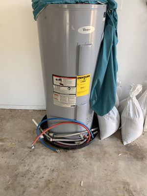 Whirlpool hot water heater 40 gallon for Sale in Casselberry, FL