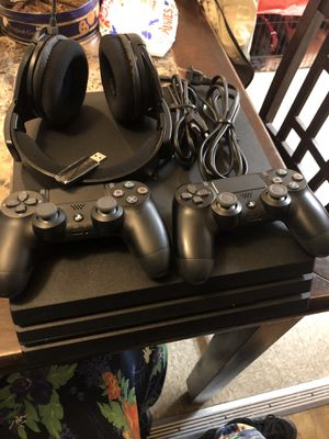 """PlayStation 4 Pro 4 Games Wireless Headphones And A 32"""" Monitor for Sale in Brooklyn, NY"""