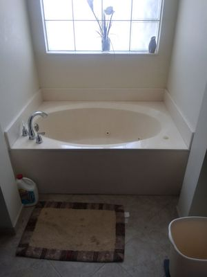 Tub with 6 working jets .. for Sale in Deerfield Beach, FL