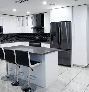 8' Lineal Feet. Kitchen Cabinets and Countertop all Included. for Sale in Miami Beach, FL