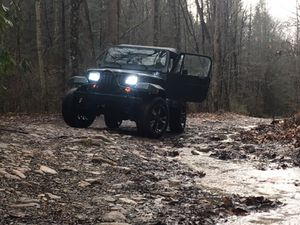 1993 lifted jeep with south bend climbing clutch 132,000 miles odo winch and new $1,400 new mud tires come with work done at rpm motors for Sale in Bristol, TN