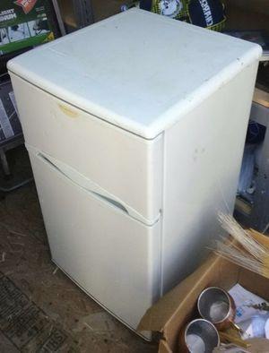 3.5 foot mini fridge for Sale in Los Angeles, CA