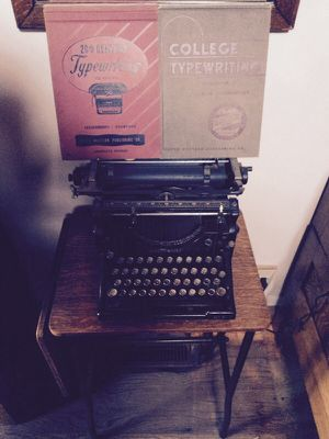 Underwood Typewriter w/ table. for Sale in Chicago, IL