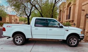 ONE OWNER CARFAX NEW TIRES 03 ford f150 lariat for Sale in Grand Rapids, MI