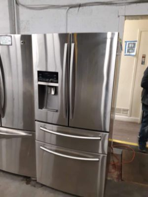 Samsung 4 doors fridge water despenser doesn't work for Sale in Baltimore, MD