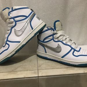 Nike 2009 Women's Classic High Dunk Basketball Sneaker Size 6.5 #358858-104 for Sale in North Las Vegas, NV