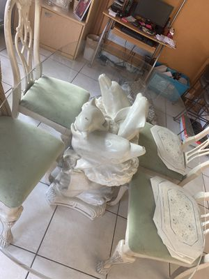Dinning room table with 6 chairs FREE for Sale in Miami, FL