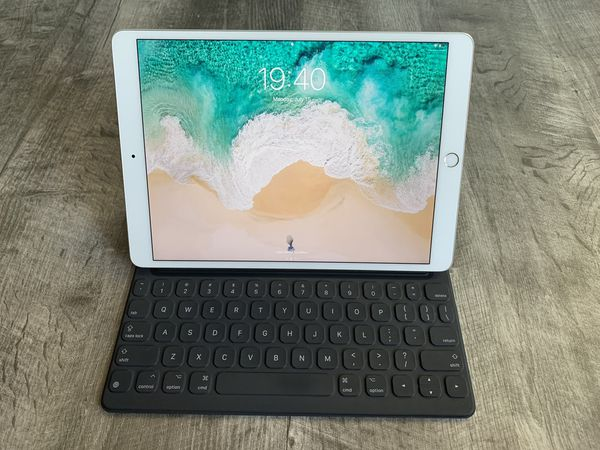 Apple iPad Pro 2nd Gen. 256GB, Wi-Fi, 10.5in - Silver with Keyboard Cover