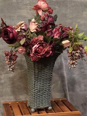 Beautiful Victorian style flower arrangement for Sale in Federal Way, WA