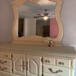 !!!Incredible Dresser/Vanity For The Queen!!! for Sale in Reedley, CA