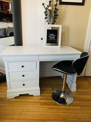 Beautiful vanity desk makeup with black chair for Sale in Huntington Park, CA