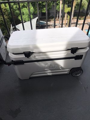 IGLOO Cooler with wheels for Sale in Pasadena, CA