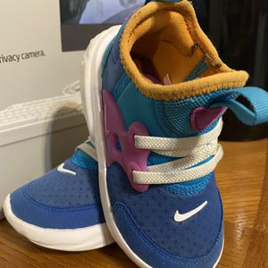 Girl's NIKE SIZE 7C for Sale in Compton, CA