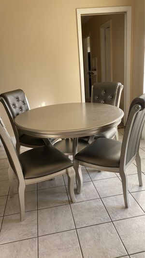 Round kitchen table for Sale in Richardson, TX