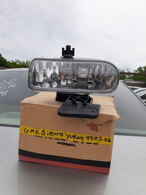 Auto part gmc sierra yukon fog light 2002 for Sale in Dallas, TX