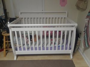 White baby crib and mattress for Sale in Winter Hill, MA