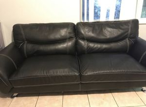 Black leather couch for Sale in Miami Gardens, FL