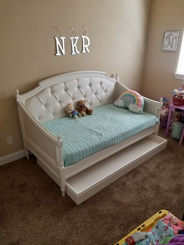 Pottery Barn Kids Blythe Daybed With Trundle In Perfect