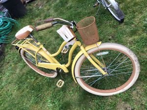 Ladies Huffy NEL LUSSO Yellow Cruiser with rear basket carrier 22lb capacity. Front cup holder and mail basket.$60 for Sale in Kent, WA