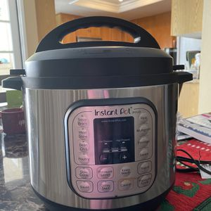8 Qt Instant Pot And Books for Sale in Rancho Cucamonga, CA