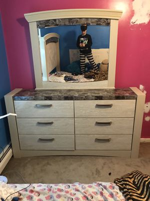Bedroom dresser with mirror for Sale in Cherry Hill, NJ