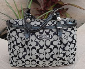 COACH SIGNATURE GALLERY Black & Gray Shoulder Bag for Sale in Lake Placid, FL