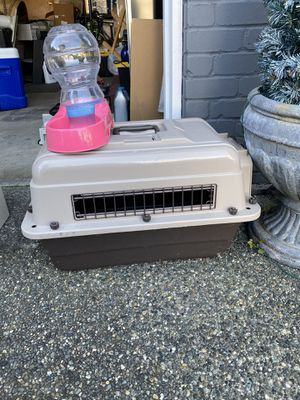 Middle dog crate and water dispenser. for Sale in Arlington, WA