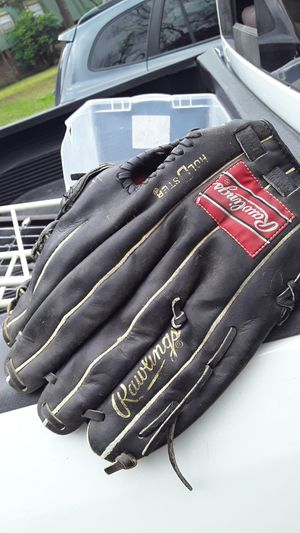Leather base ball glove fair condition its a (RAWLINGS) for Sale in Lake Charles, LA