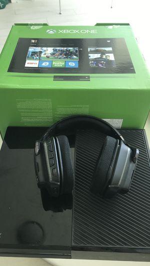 C'est Xbox One 500GB headphone Logitech Artemis G300 for Sale in Miami, FL