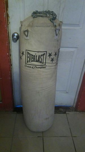 EVERLAST.CHOICE OF CHAMPIONS PUNCHING BAG for Sale in Detroit, MI
