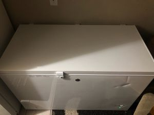 GE DEEP FREEZER.. HAD FOR A WEEK AND IS DOWNSIZING TO ANOTHER 1.. BOUGHT BRAND. DENT ON FRONT... COMES WITH KEY. 10 CUBIC FT. for Sale in Las Vegas, NV