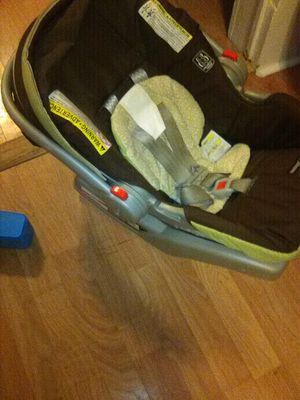 Infant car seat 4 to 30 pounds newborn to about 2 years ols for Sale in Cuero, TX