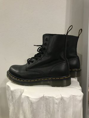 DR MARTENS PASCAL 8-EYE BOOT (SUPER LIKE NEW) for Sale in Las Vegas, NV