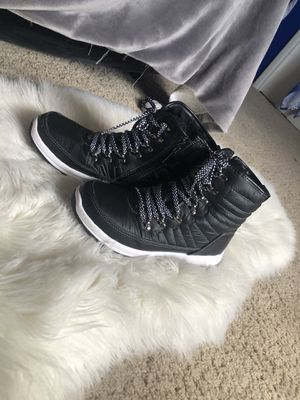 Black\white snow boots size 8 womens for Sale in Tucson, AZ