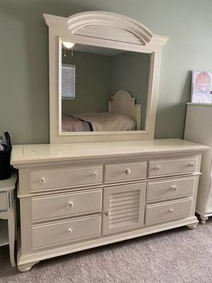 Broyhill full/queen bedframe and dresser for Sale in Westerville, OH