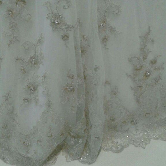 Wedding Gown. Brand new. Never worn. Paid 2000 selling for $500. Sz 12 not altered so about sz 8 in street size