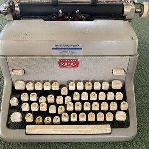 Vintage Royal Typewriter for Sale in Long Branch, NJ
