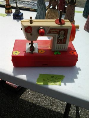 VINTAGE RAGGEDY ANN SEWING MACHINE TOY for Sale in Miami, FL