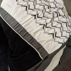 Free comforter Full Size for Sale in Glendora, CA