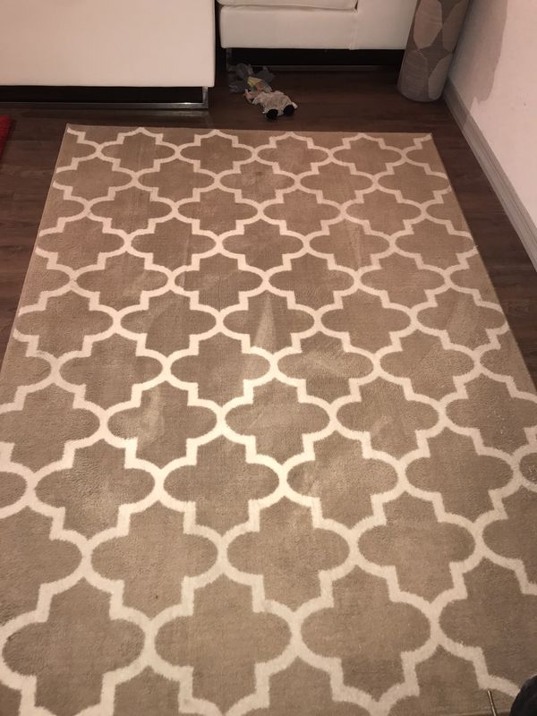 Tan and white area rug 5x7