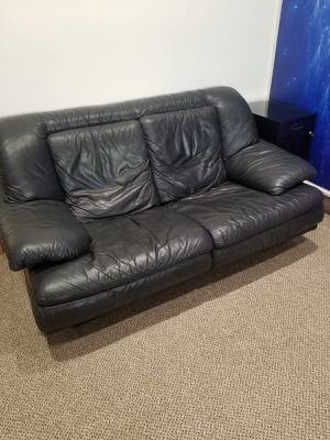 2 seater Leather love seat for Sale in Miami Gardens, FL