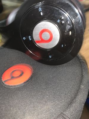 Beats by Dre wireless Bluetooth headphones with case and like new for Sale in San Antonio, TX