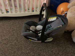 Graco gray/teal car seat w/base and stroller base for Sale in Genoa, IL