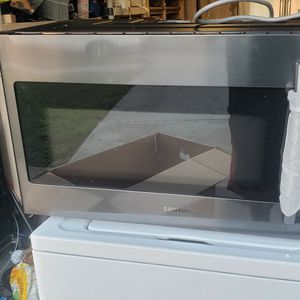 1.8 cu. ft. Over-the-Range Microwave with Sensor Cooking in Fingerprint Resistant Black Stainless Steel for Sale in Kissimmee, FL